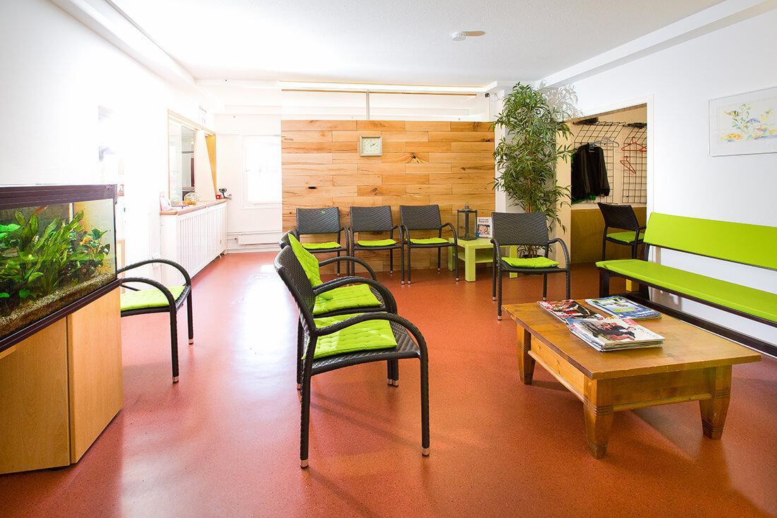 Hausarzt-Deggingen-Jung-Wartezimmer-gruen